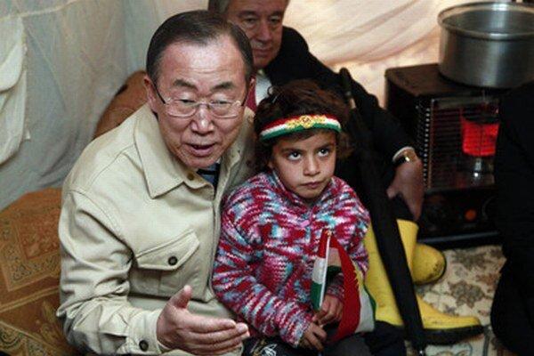 Šéf OSN Pan Ki-mun sedí v utečeneckom tábore Irbil, 350 kilometrov od Bagdadu.