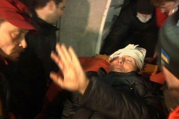 Ukrajinský exminister vnútra Jurij Lucenko dostáva lekárske oštrenie.