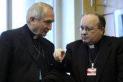 Vatikánsky arcibiskup Silvano Tomasi (vľavo) a hlavný vyšetrovateľ vatikánskej Kongregácie pre náuku viery Monsignor Charles Scicluna.