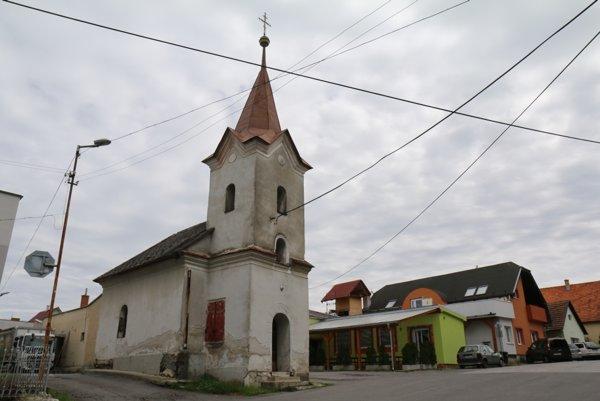Chátrajúca kaplnka v Hradci.