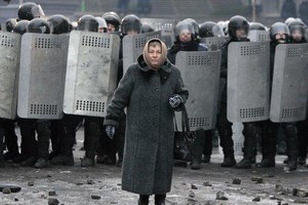 Špeciálnych jednotiek Berkut každý deň v Kyjeve pribúda. Zatiaľ sa vyhýbajú demonštráciám na Námestí nezávislosti.