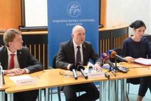 Na snímke zľava riaditeľ odboru ochrany finančných spotrebiteľov Roman Fusek a člen Bankovej rady NBS a výkonný riaditeľ útvaru dohľadu nad finančným trhom Vladimír Dvořáček.