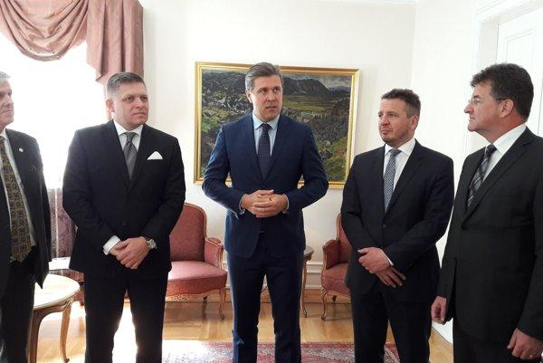 Na snímke druhý zľava premiér SR Robert Fico na stretnutí so svojím islandským partnerom Bjarnim Benediktssonom (uprostred) v Reykjavíku 16. júna 2017