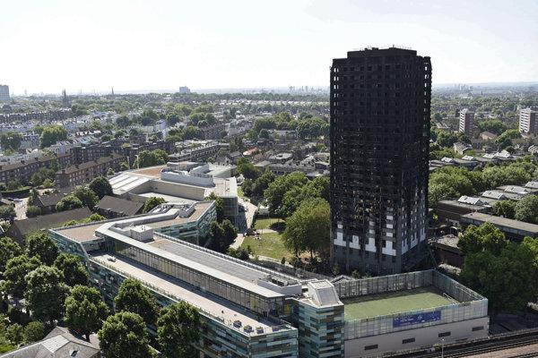 Vyhorený obytný dom Grenfell Tower v Londýne.