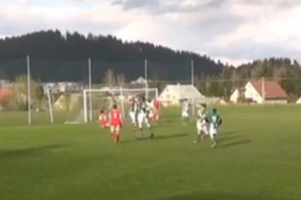 Michal Puchoň oslavoval svoj gól so spoluhráčmi.