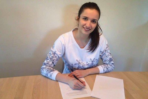 Macedónka Antičová pri podpise zmluvy sklubom.