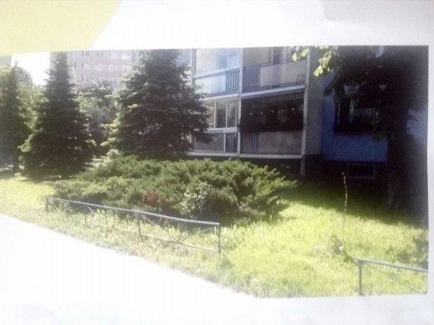 Hneď vedľa balkónov.Nové parkovacie miesta chystajú pri vežiaku na Karpatskej 3 (snímka z letáku EEI pre obyvateľov).