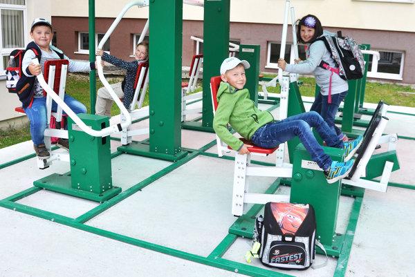 Niektoré deti nestihnú po škole ani zložiť tašky zchrbta auž sú na strojoch.