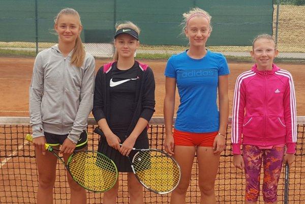 Družstvo starších žiačok na zápase vTrenčíne – zľava Ema Dičérová, Sabína Kaňovská, Laura Kovárová, Nina Kyseľová.