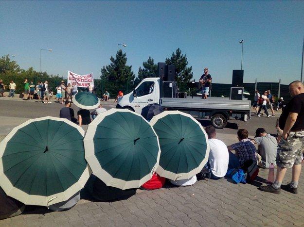 Dáždniky pre štrajkujúcich sa rozdali do niekoľkých sekúnd.