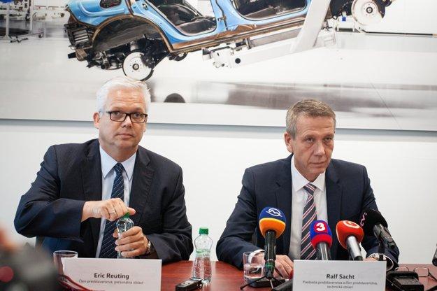 Eric Reuting, člen predstavenstva a Ralf Sacht, predseda predstavenstva (vpravo) počas popoludňajšieho brífingu.