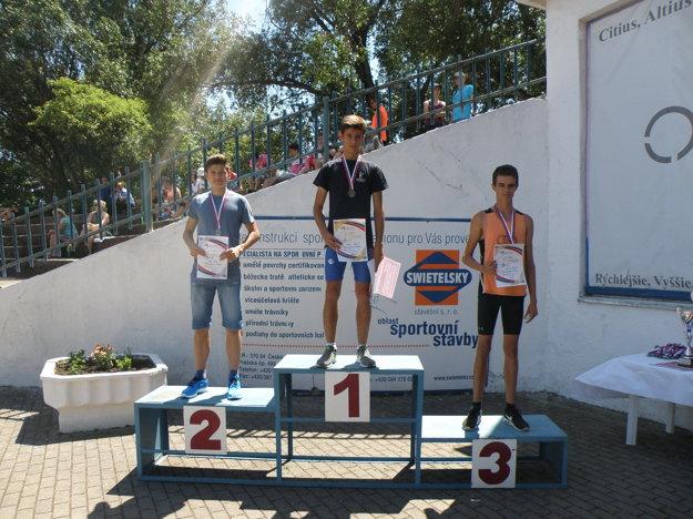 Najlepšia trojica v behu na 1000 metrov. Uprostred víťazný Karol Dráfi.