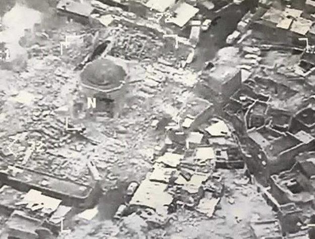 Satelitný záber na zničenú mešitu an-Núri.
