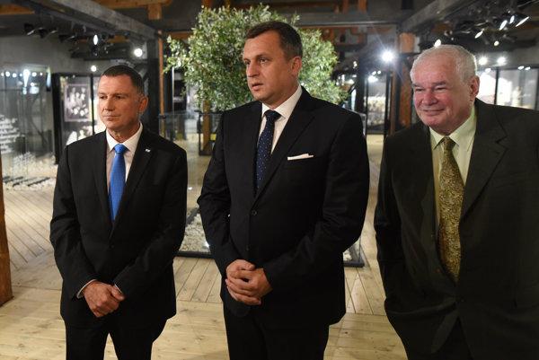 Predseda Knesetu štátu Izrael Juli-Joel Edelstein spolu s predsedom Národnej rady Andrejom Dankom a riaditeľom Múzea židovskej kultúry Pavlom Mešťanom.