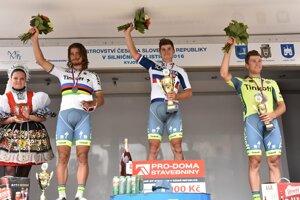 Majster Slovenska Juraj Sagan (v strede), druhý Peter Sagan  (vľavo) a tretí Michael Kolář (vpravo) na stupni víťazov po vlaňajších majstrovstvách.