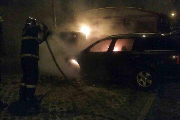 Auto zhorelo priamo na námestí.