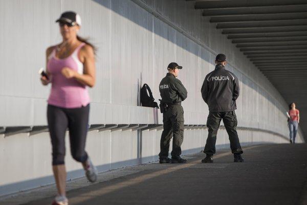 V letných mesiacoch policajti nemusia nosiť pokrývky hlavy, pripomína hovorca Prezídia policajného zboru.