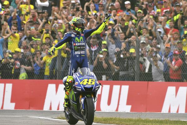 Valentino Rossi oslavuje víťazstvo na Veľkej cene Holandska.