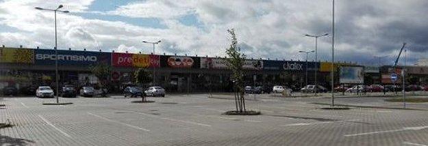 Medzi širším centrom a Sekčovom. Mal byť pás na bytovú výstavbu, dnes sú tam obchody.