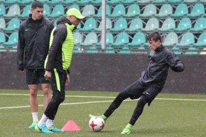 Adrián Kaprálik (vpravo) sa stal v marci hráčom mesiaca mládeže v Žiline. Za odmenu si zatrénoval s mužmi.