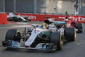 Lewis Hamilton (vpredu) a Sebastian Vettel (za ním) sa dostali na Veľkej cene Azerbajdžanu aj do kontaktu.