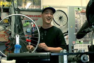 Martin Strnad - druhorodený syn. V puberte rebeloval, dnes predáva bicykle.