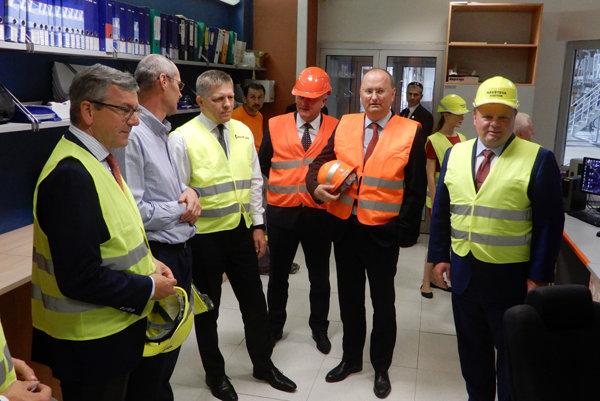 Na snímke premiér Robert Fico (tretí zľava)počas návštevy spoločnosti Mondi SCP, a. s., najväčšieho súkromného zamestnávateľa v okrese Ružomberok, 26. júna 2017. Vľavo spolumajiteľ spoločnosti Mondi SCP, a.s. Milan Fiľo (vpravo), prezident spoločnosti Bernhard Peschek (druhý sprava) a predseda predstavenstva Mondi SCP Miloslav Čurilla (tretí sprava).