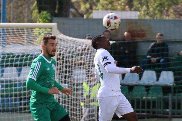 Pri lopte strelec víťazného gólu jari v regióne Nové Zámky+Komárno Tapiwa Tawanda Muchaya (FKM Nové Zámky)