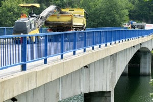 Na snímke odovzdanie staveniska zhotoviteľovi a začiatok stavebných prác na rekonštrukcii mosta Ružín pri Košickej Belej.