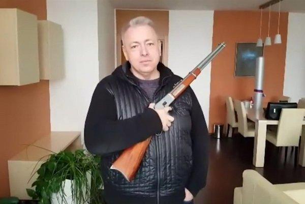 Český minister vnútra Milan Chovanec pózoval so zbraňou aj vo videu.