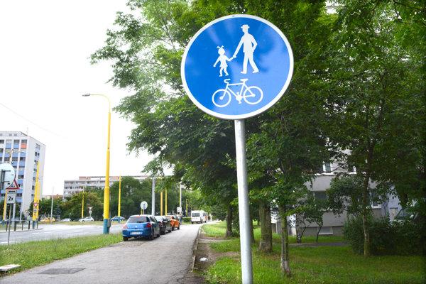 Nová značka. Dopravné značenie má vymedziť, kto môže chodník používať a kto nie.