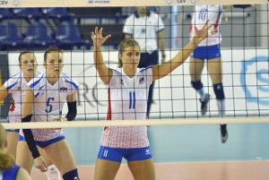 Michaela Abrhámová zo Slovenska (v strede) počas volejbalového zápasu Európskej ligy žien – semifinále – prvý zápas Slovensko - Fínsko.