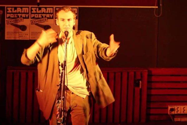 Anatol Svahilec, český slamer, majster storytellingu, pointovania a faktografického humoru.