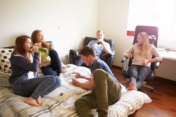 Najčastejšie sú kvôli alkoholu v nemocnici vyšetrené deti medzi 11. až 16. rokom života. (Ilustračné foto)