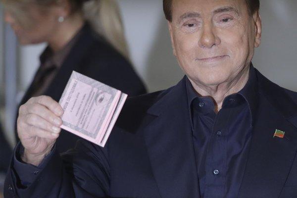 Silvio Berlusconi, 81-ročný štvornásobný taliansky premiér.