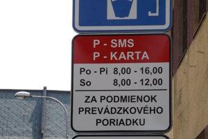 Pôvodne bol na tabuli oznam, že novospoplatnené ulice patria do zóny 1, v skutočnosti sú v zóne 2.