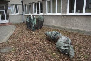 Plastiky od Bártfaya v areáli umeleckej školy.