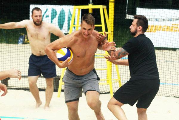 Braňo Mezei sa rozbieha za touchdownom. Zastaviť sa ho snaží Marek Tvrdoň. Vzadu Tibor Kutálek.