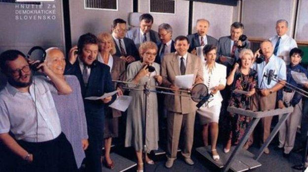 Eva Zelenayová (druhá zľava) na archívnej fotografii z nahrávania skladby Vivat Slovakia. Piaty v poradí je Ivan Lexa, uprostred Vladimír Mečiar. Tretí sprava je Ivan Gašparovič.