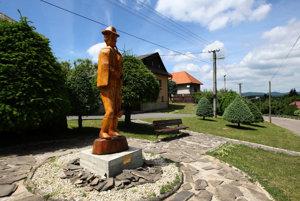 Socha tradičného gajdoša vo Veľkej Lehote.