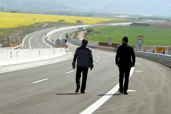 Diaľničný úsek od Hričovského Podhradia bude niekoľko mesiacov miestom pre chodcov, cyklistov a korčuliarov.