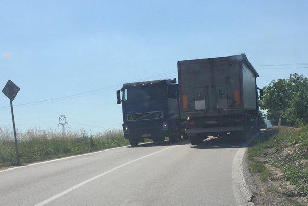 Stret dvoch kamiónov je na úzkej ceste plnej zákrut veľmi nebezpečný.