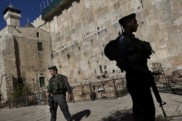 Izraelskí vojaci v centre Hebronu.