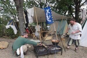 Šermiarsko-divadelná spoločnosť Argyll - v jednom zo stánkov tábora členovia pripravovali na ohni pokrm.