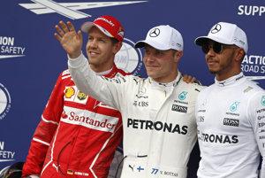 Na snímke uprostred Fín Valtteri Bottas na Mercedese si vybojoval pole position v kvalifikácii na Veľkú cenu Rakúska seriálu MS F1 v Spielbergu v sobotu 8. júla 2017. Druhý skončil Nemec Sebastian Vettel na Ferrari (vľavo), tretí Brit Lewis Hamilton na Mercedese (vpravo).