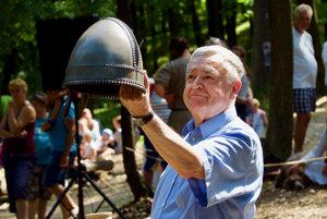 Stanislav Štepka a replika prilby, ktorá sa našla na hradisku.