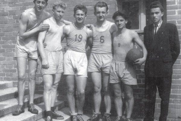 Basketbalové družstvo chlapcov gymnázia v Prievidze (rok 1950) Zľava: Juraj Pasovský, Mikuláš Kardoš, Arpád Vykysaly, Ján Neuwirth, Štefan Košík, rozhodca Ján Hodál.
