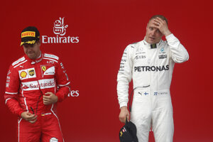 Sebastian Vettel (vľavo) a Valtteri Bottas.