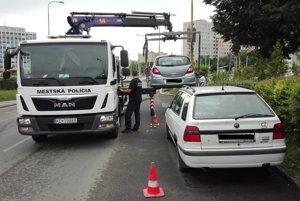 Odťahovka. Nedisciplinovaných vodičov riešili mestskí policajti.