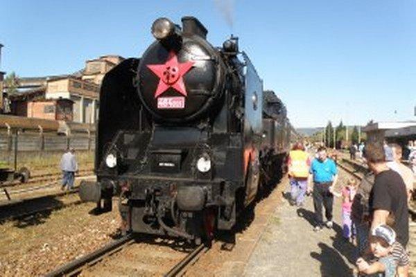 Parná lokomotíva Ušatá vždy púta pozornosť ľudí.
